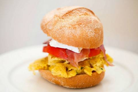 panino-con-uova-strapazzate-640x426