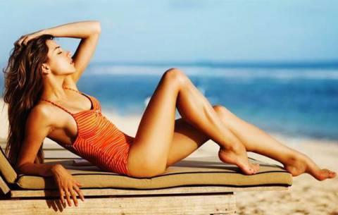 Donna-in-forma-prende-il-sole-al-mare