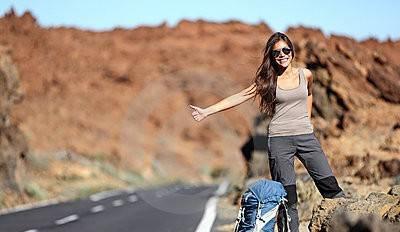 donna_di_corsa_che_fa_auto_stop_sul_viaggio_stradale_thumb20947027