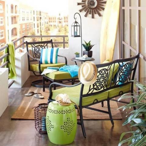 Balcone-piccolo-con-arredamento-in-ferro-battuto