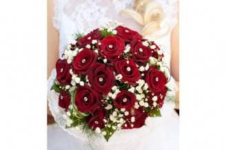 bouquet-sposa-natalizio-con-rose-rosse-e-fiorellini-bianchi