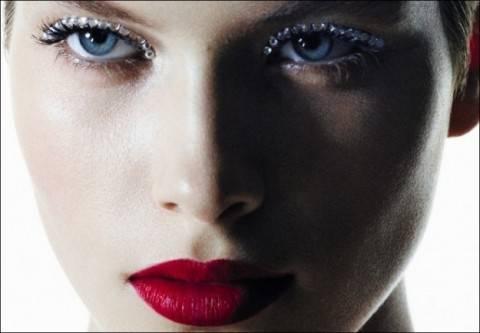 swarovski-a-mo-di-eyeliner-e-labbra-rosse