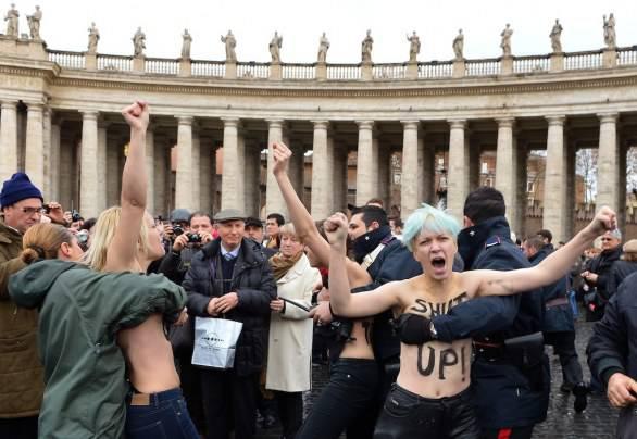 01-attiviste-femen-protestano-in-piazza-san-pietro