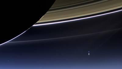 La Terra vista da dietro gli anelli di Saturno.