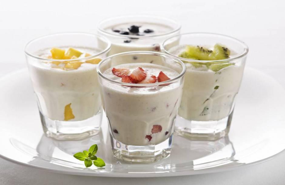 341937_eda_jogurt_stakany_frukty_2573x1675_(www.GdeFon.ru)