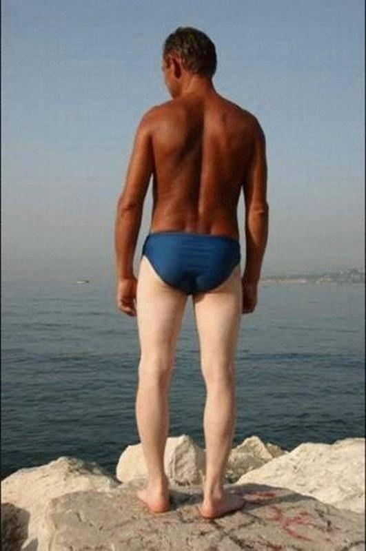 185-uomo-abbronzato-schiena-gambe-bianche