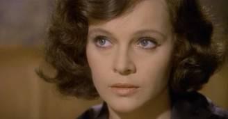 """Laura Antonelli in una scena del film """"Mio Dio come sono caduta in basso!"""" (screenshot da Wikipedia)"""