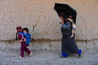 Una donna con i figli in Afghanistan (Aref Karimi/AFP/Getty Images)