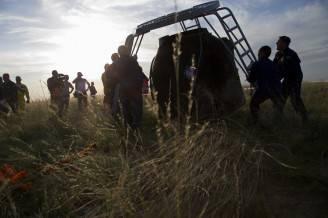 I preparativi per far uscire gli astronauti dalla Soyuz (IVAN SEKRETAREV/AFP/Getty Images)