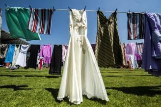 Abiti appesi in Kosovo in ricordo della donne vittime di stupro in guerra (ARMEND NIMANI/AFP/Getty Images)