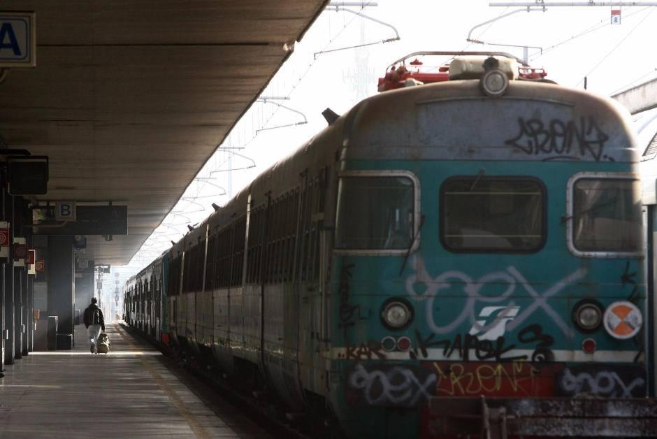 I terrapiattisti non pagano il treno, bloccati un'ora sui binari VIDEO