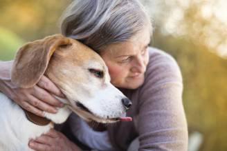 Un'anziana con il suo cane (Thinkstock)