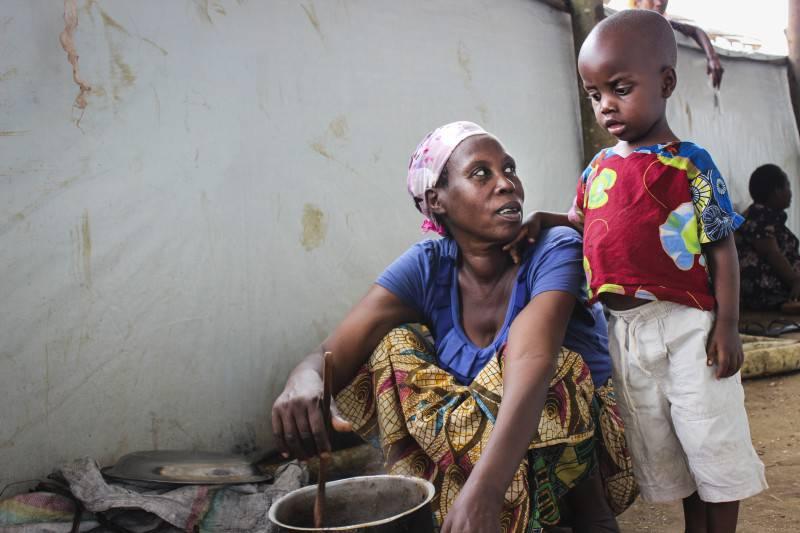 Mary* è scappata dal Burundi con i suoi 4 bambini verso il Ruanda (Mahama Camp) dopo che l'escalation di violenza è arrivata al loro villaggio. Suo marito e due delle sue figlie sono rimaste in Burundi. Sono stati separati per colpa del caos scoppiato nel loro villaggio.Mary non ha ancora loro notizie  e non sa se siano in salvo.
