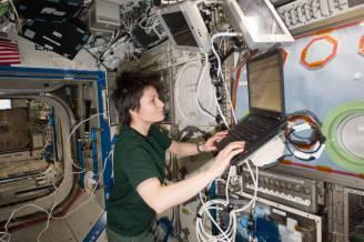Samantha Cristoforetti al lavoro sulla ISS (Foto NASA: Editor: Anna Seils)
