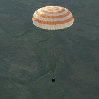 La Soyuz con Samantha Cristoforetti durante l'atterraggio  (Foto: NASA/Bill Ingalls)