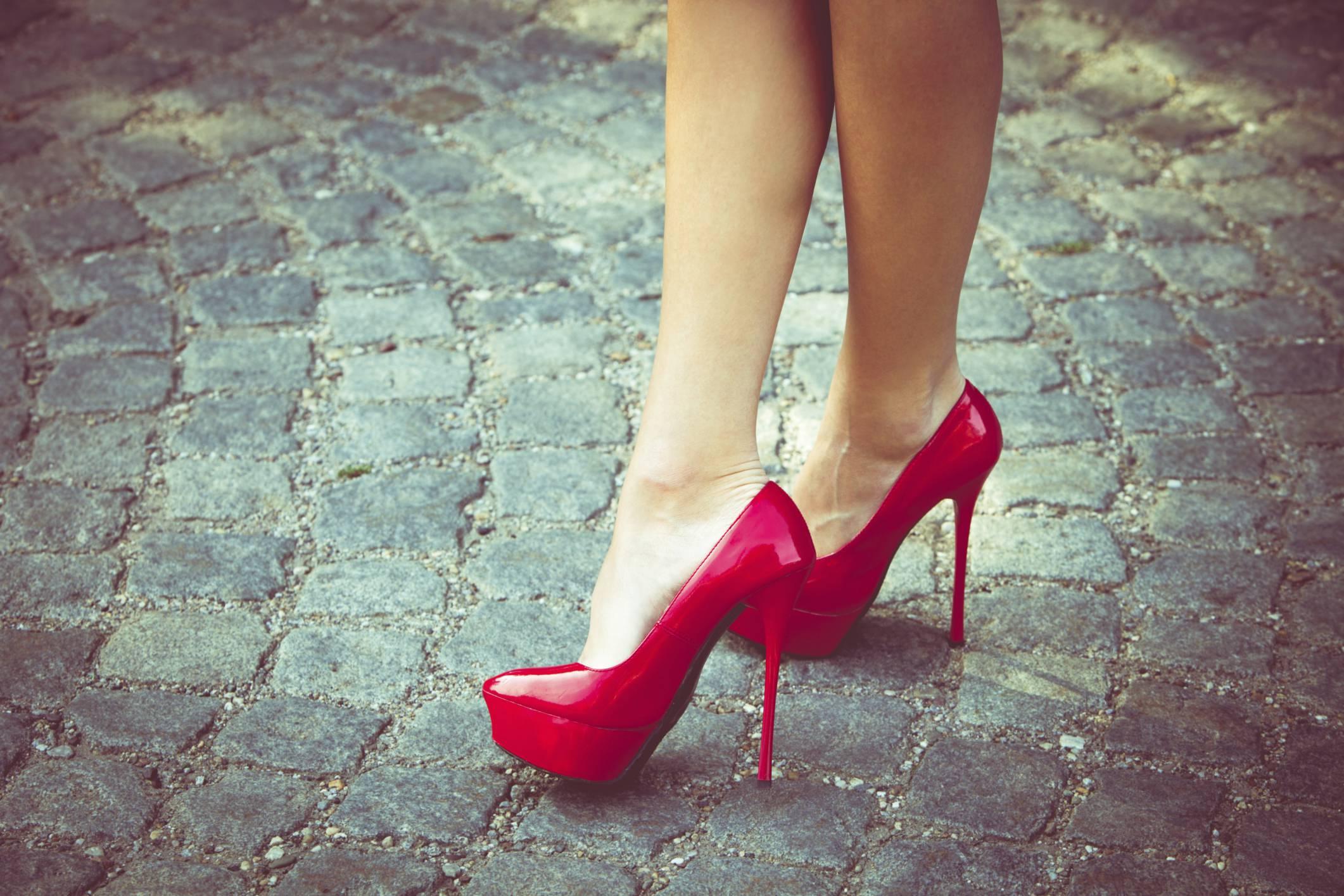I tacchi alti rendono le donne più attraenti lo dice la scienza