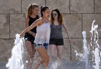 Ragazze in una fontana per il caldo (FILIPPO MONTEFORTE/AFP/Getty Images)