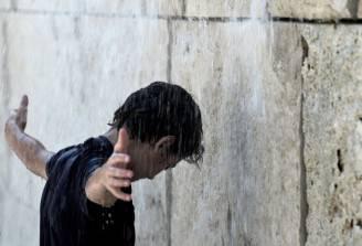 Ragazzo cerca refrigerio dal caldo (TIZIANA FABI/AFP/Getty Images)