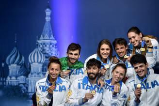 Le squadre femminile e maschile di fioretto ai Mondiali di Mosca 2015 (KIRILL KUDRYAVTSEV/AFP/Getty Images)