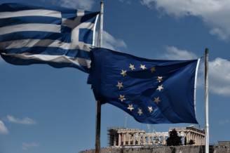 Bandiere europea e greca, davanti al Partenone (ARIS MESSINIS/AFP/Getty Images)