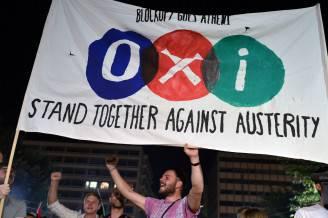 Sostenitori del no al referendum in Grecia festeggiano la vittoria (LOUISA GOULIAMAKI/AFP/Getty Images)