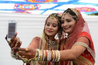 Ragazze indiane si scattano un selfie (SAM PANTHAKY/AFP/Getty Images)