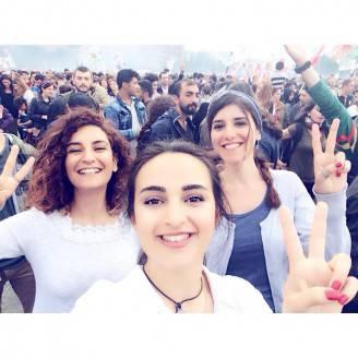 Selfie di ragazzi volontari turchi (dal profilo twitter di Madersahi Barajyikna/dilrike)