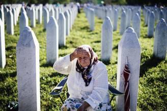 Una donna piange nel cimitero delle vittime del genocidio di Srebrenica (DIMITAR DILKOFF/AFP/Getty Images)