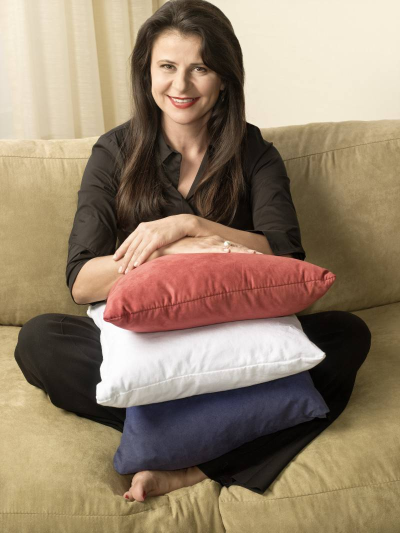 Tracey-Ullman-Sits-with-Pillows-tracey-ullman-17875934-1921-2560