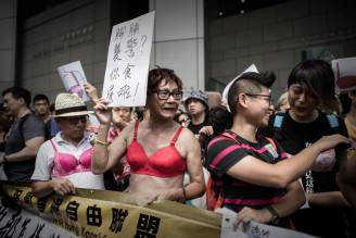 Donne protestano in reggiseno a Hong Kong (PHILIPPE LOPEZ/AFP/Getty Images)