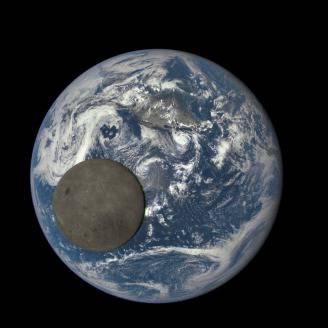 La Luna e la Terra viste dal telescopio satellitare DSCOVR (Credits: NASA/NOAA)