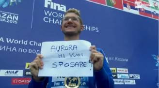 Ruffini con il cartello sul podio (screenshot Raineews24)