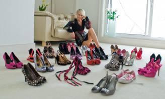 Donna e scarpe (Thinkstock)