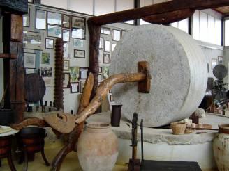 Una macina della preistoria esposta al Museo  etnostorico Nello Cassata (Da Wikipedia, Pubblico Dominio)
