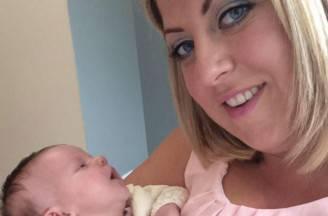 Claire Henderson con la sua bambina (Foto facebook)