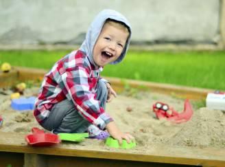 Bambino gioca all'asilo (Thinkstock)