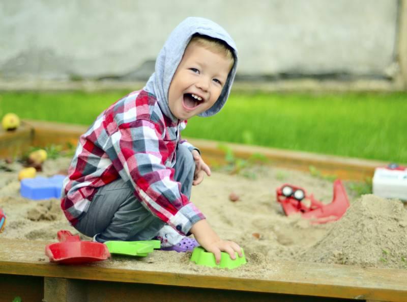 bambino che gioca fuori casa