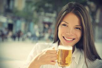 Donna e birra (Thinkstock)