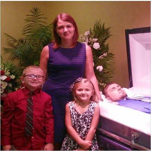 Eva Holland con i figli e il marito (Foto Facebook)