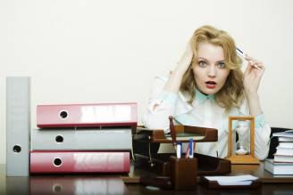 Donna alla scrivania (Thinkstock)
