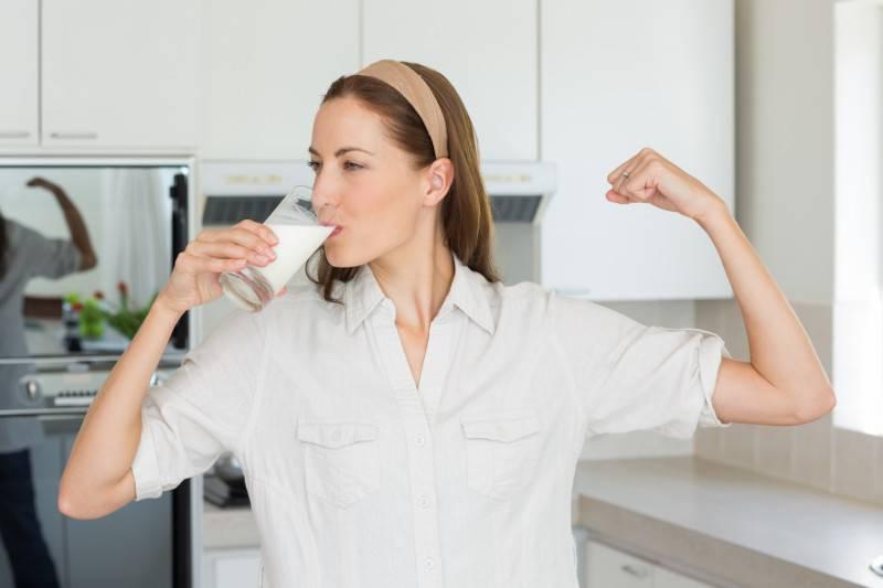 Donna beve latte (Thinkstock)