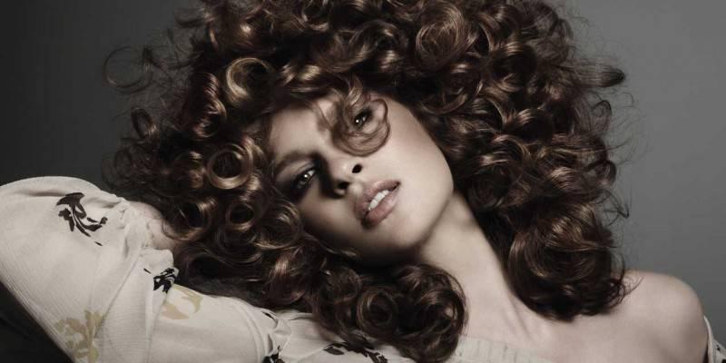 Scopri quali tagli e colori costituiranno i trend più popolari del 2019 per  quanto riguarda i capelli ricci. 8a3464fe166c