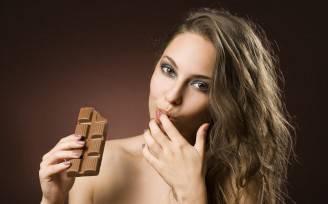 Donna e cioccolato (Thinkstock)