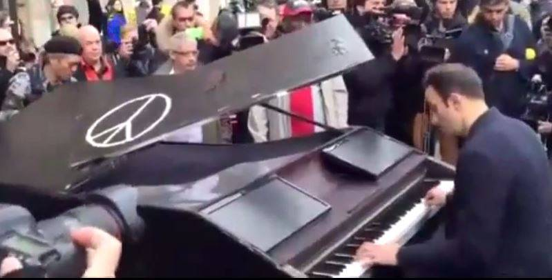 Pianista davanti al Bataclan (Screenshot YouTube)