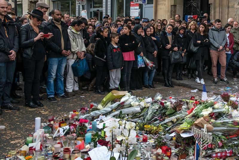 Il minuto di silenzio il 16 novembre davanti al Bataclan (David Ramos/Getty Images)