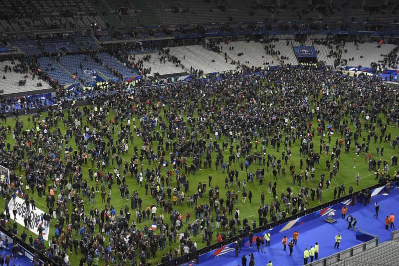 Gli spettatori allo stadio di Parigi dopo gli attentati (FRANCK FIFE/AFP/Getty Images)