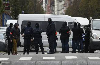 Forze speciali della polizia belga a Molenbeek, Bruxelles (JOHN THYS/AFP/Getty Images)