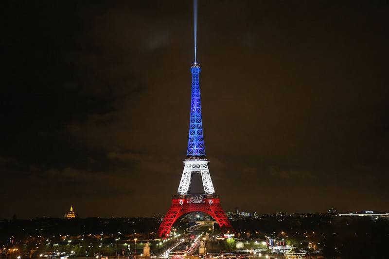 La Tour Eiffel illuminata con il tricolore (Christopher Furlong/Getty Images)