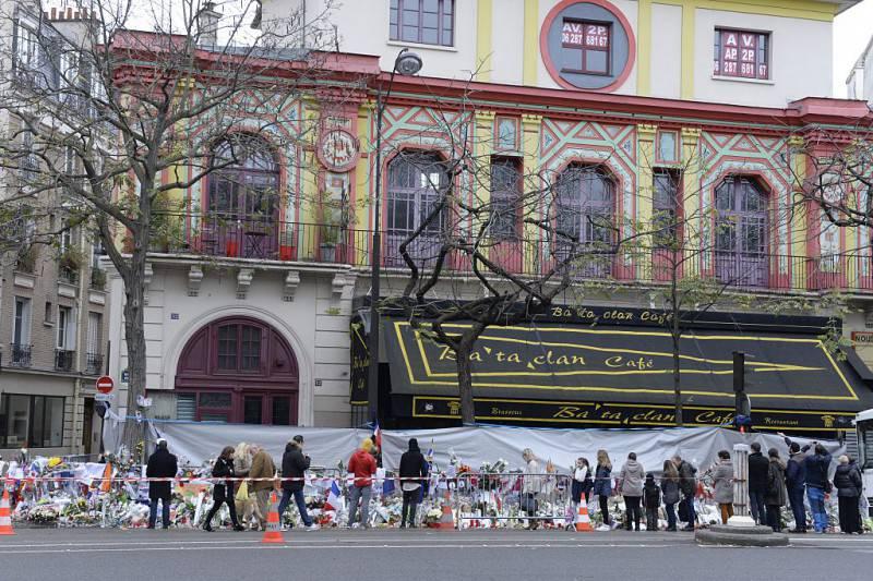 Il Bataclan dopo gli attentati di Parigi (MIGUEL MEDINA/AFP/Getty Images)