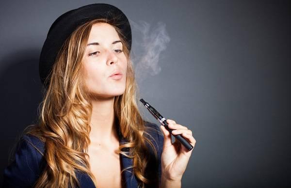 donna-fuma-sigaretta-elettronica